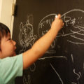DIYで自宅の壁紙を黒板塗料に変身させよう!
