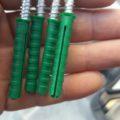 DIYでコンクリやブロックにひっかけを作るにはビス?釘のどちらが簡単?